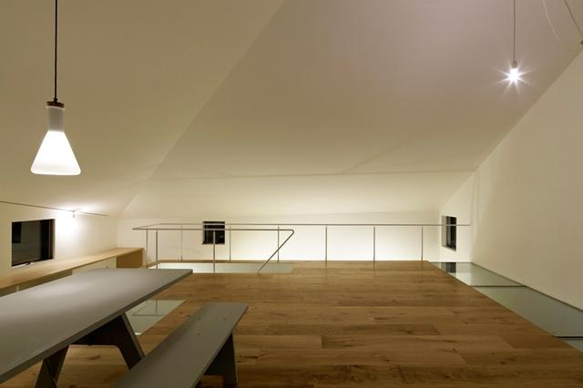 Nội thất trong phòng khách không cầu kỳ chỉ đơn giản gồm một bộ bàn ghế và một chiếc ti vi.