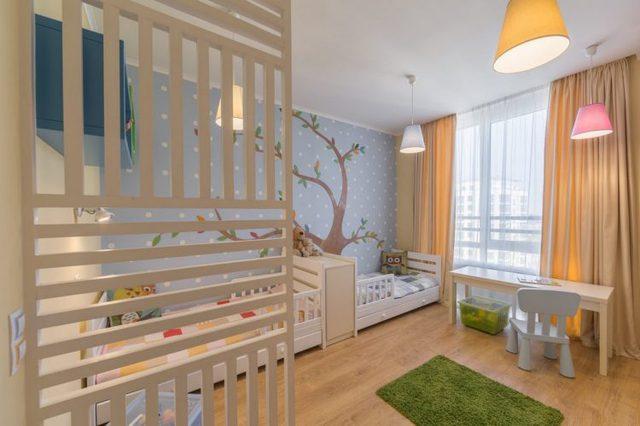 Hai chiếc giường đơn được đặt khéo léo sát tường dành không gian sàn nhà để làm khu vui chơi và học hành cho các con.