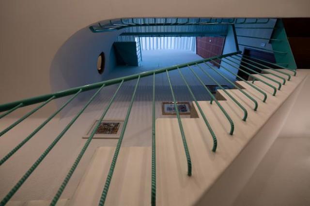 Nhờ được đặt ngay dưới khu vực giếng trời nên lối dẫn lên các tầng lúc nào cũng thoáng sáng.