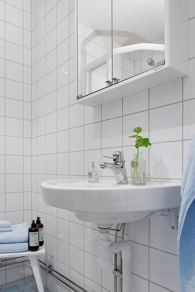 Vẫn tông màu trắng làm chủ đạo, khu nhà tắm tuy nhỏ nhưng không hề có cảm giác chật chội.
