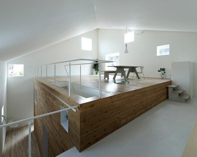 Khu vực bếp được bố trí khéo léo thấp hơn so với sàn phòng khách.