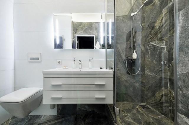 Góc nhỏ được có tiên tiến có những thiết bị vệ sinh đắt tiền và phòng tắm đứng ốp đá sát trần.