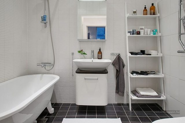 Không gian phòng tắm nhỏ xinh nhưng vẫn chắc chắn cung cấp nhu cầu sử dụng thiết yếu. Nơi góc nhỏ này cũng được tận dụng không gian 1 1 vàih tối đa để trữ đồ.