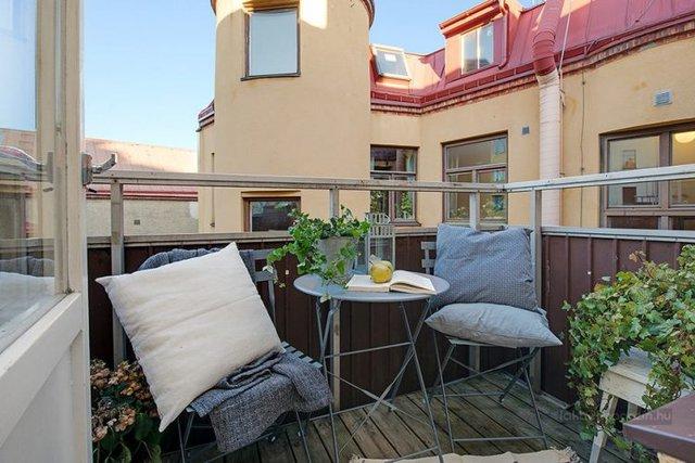 Với cây xanh, bộ bàn nhỏ và 1 số chiếc gối ôm êm ái nơi đó trở thành không gian thư giãn ngoài trời vô cộng hoàn hảo.
