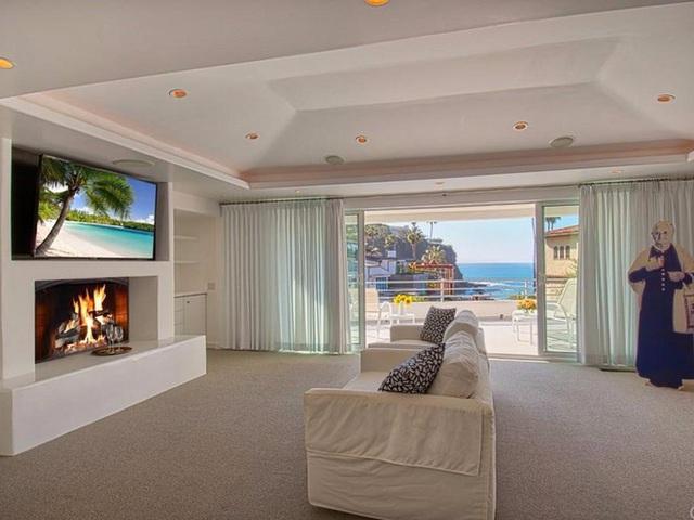 Phòng khách có view nhìn ra biển tuyệt đẹp.
