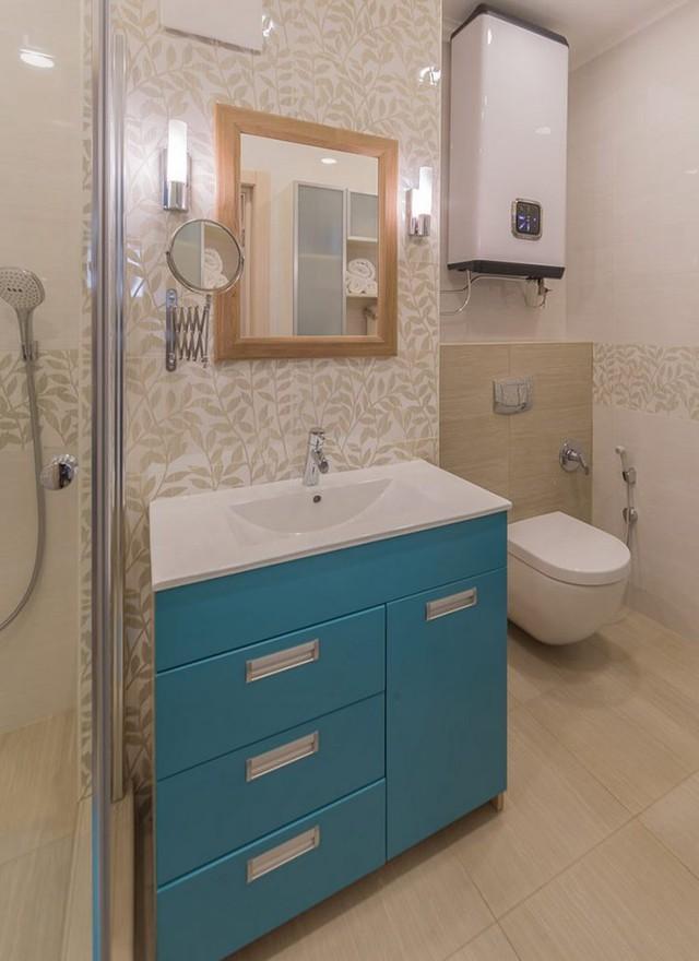 Để đồng nhất với màu sắc chung trong căn hộ, không gian nhà tắm cũng được thiết kế với tông màu trắng, nâu và xanh.