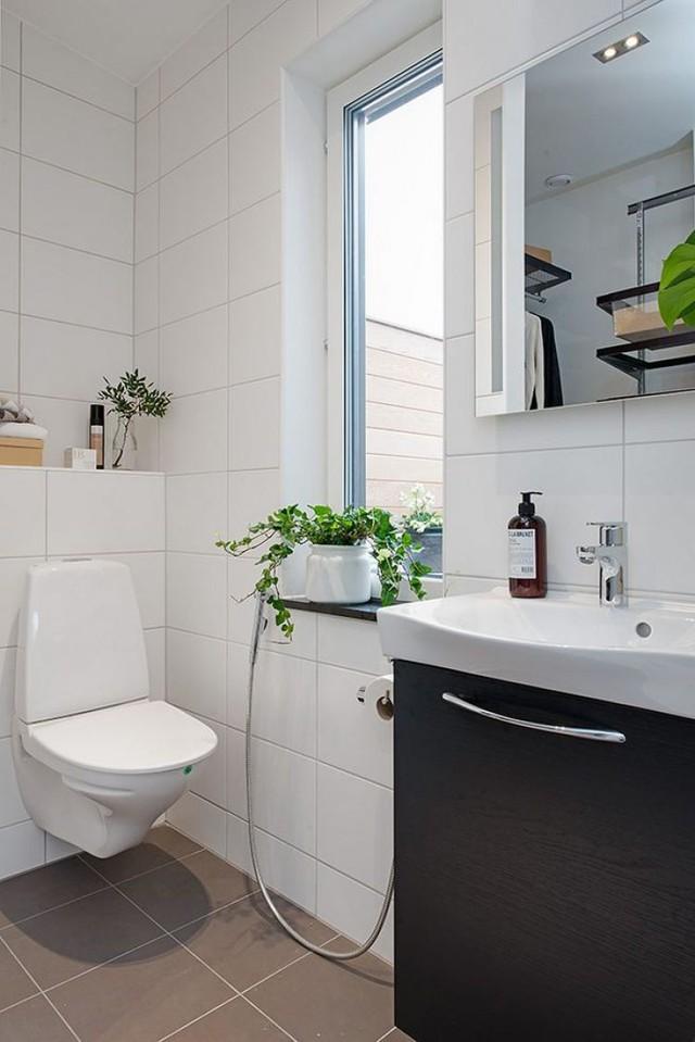 Phòng tắm tuy nhỏ nhưng thoáng sáng và đẹp có cây xanh.