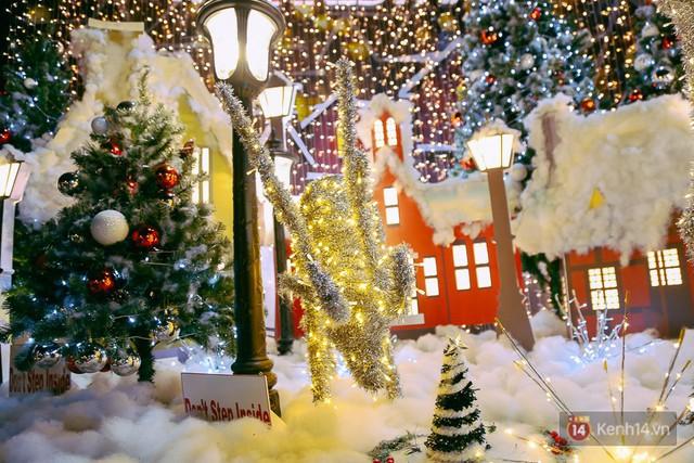 Khung cảnh đẹp mắt được trang trí với tiểu cảnh tuần lộc, cây thông, tuyết phủ,...
