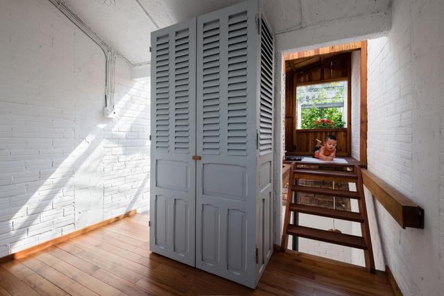 Chiếc tủ đồ được dựng chỉ bằng những tấm cửa cũ, đã được sơn chỉnh để mới và đẹp hơn