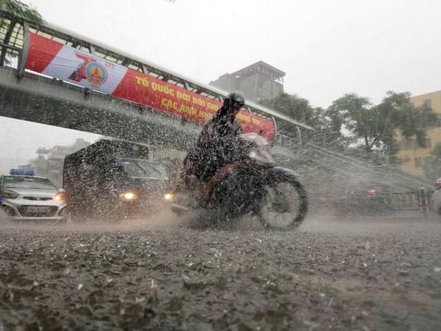 Một số đường như Tây Sơn, Thái Hà, Điện Biên Phủ... cũng hóa thành sông trong cơn mưa.
