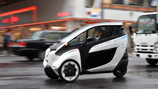 Toyota i-Road là một loại xe cá nhân có ba bánh và hai chỗ ngồi cho lái xe và người ngồi cạnh.