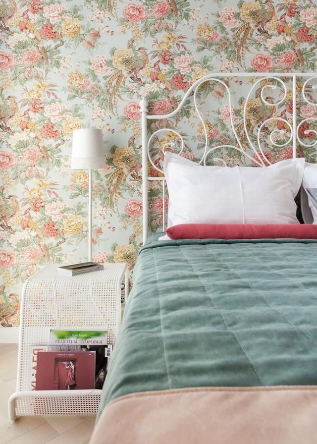 Không sử dụng 1 vài chiếc giường cồng kềnh, đồ sộ bằng gỗ, cô gái trẻ này lại chọn cho mình chiếc giường sắt có chân cao dễ làm.