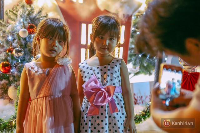 Trẻ em thích thú vì được chụp ảnh cùng không khí Noel tại khu phố này.