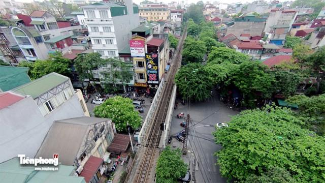 Đường sắt bắc ngang qua trục các con phố Trần Nhật Duật để đi lên cầu Long Biên, trục các con phố này đi sang ga Gia Lâm để đi lên phía Lạng Sơn và đi về Hải Phòng.