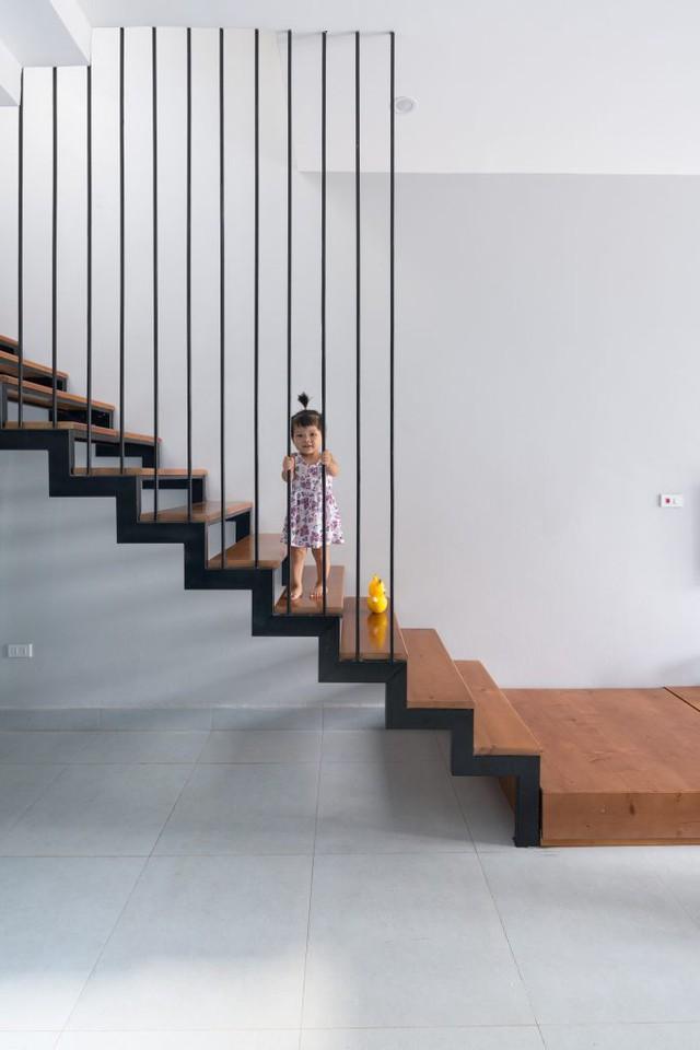 Cầu thang lối lên từ tầng 2 có kiến trúc bằng sắt có mặt bậc ốp gỗ giúp nhẹ kết cấu và tăng độ thông thoáng.