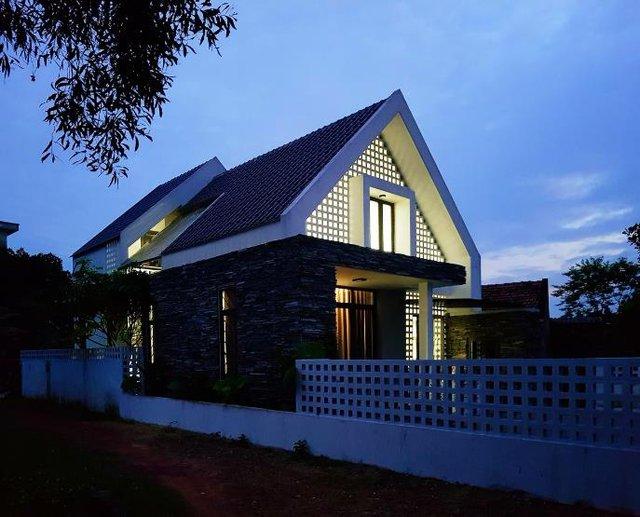 Ngôi nhà tuyệt đẹp với ánh sáng điện về đêm.