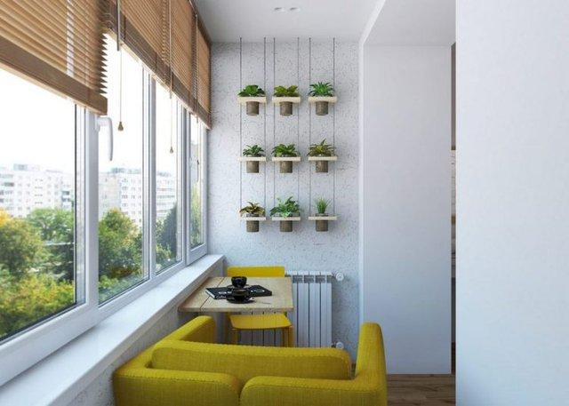 Góc nhỏ này còn được trang trí khéo léo có cây xanh hai bên tường và các chiếc ghé màu vàng chanh tuyệt đẹp.