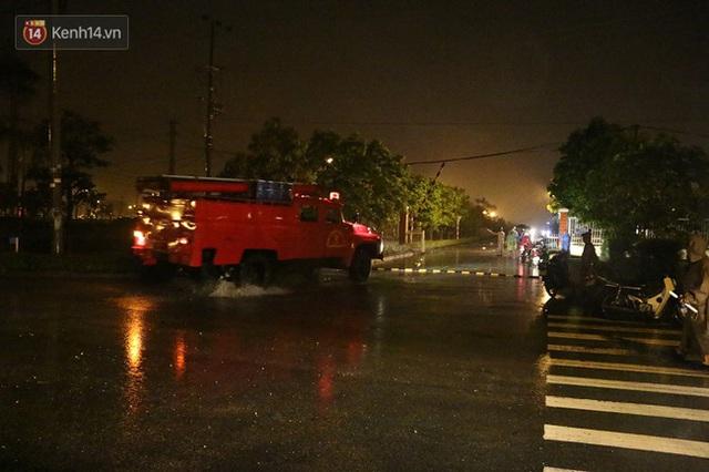Đến 22 giờ cùng ngày, nhiều xe cứu hỏa vẫn được huy động tới hiện trường để dập tắt đám cháy