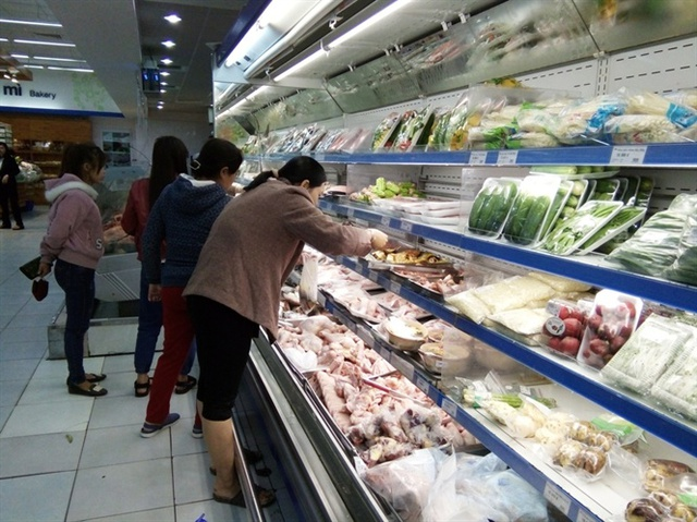 Người tiêu dùng đang lựa chọn mua sản phẩm gia cầm an toàn tại Co.op mart Quy Nhơn.