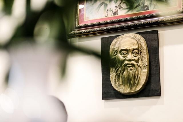 ...Và bức tượng gương mặt thầy Cương trong phòng làm việc của cô Thùy Dương.