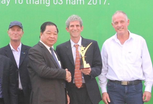 Đại diện Tập đoàn TH đón nhận Cúp vàng trang trại bò sữa organic.