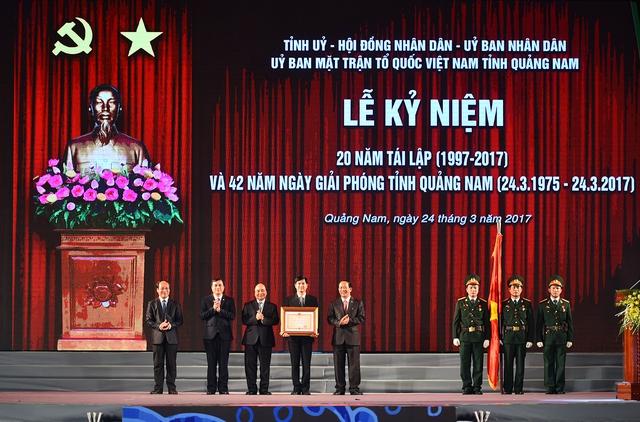 Thủ tướng trao Huân chương Độc lập hạnh Nhất cho tỉnh Quảng Nam. - Ảnh: VGP/Quang Hiếu