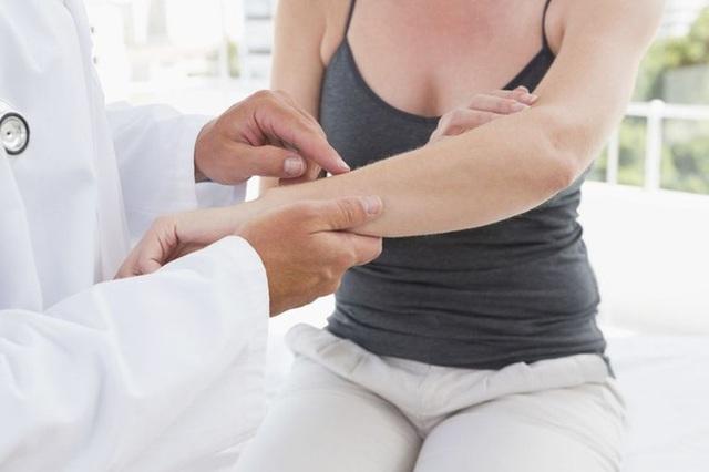 Mollie Carman may mắn tìm được bác sĩ cao tay trong lĩnh vực cơ-xương-khớp sau khi nghiên cứu nhiều loại sách y khoa.