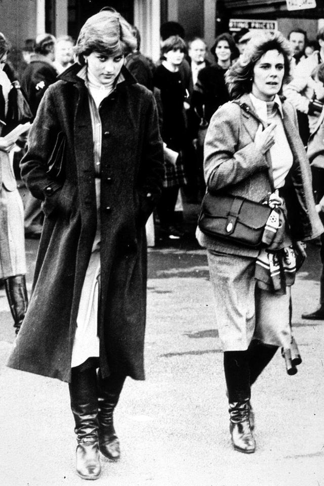 Bức ảnh chụp Công nương Diana cùng Camilla vào năm 1980.
