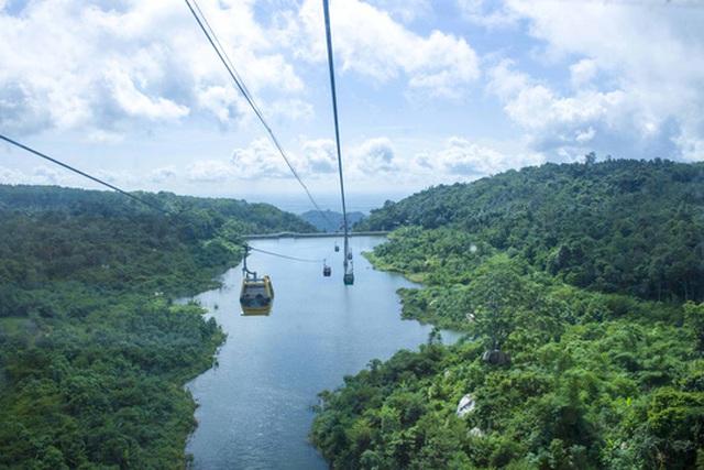 Hay di chuyển bằng cáp treo để ngắm nhìn phong cảnh trên cao với giá vé khứ hồi là 150.000 đồng/người.