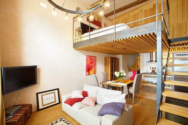 Căn hộ nhỏ được chia làm hai khu vực riêng việt. Từ lối vào nhà 1 bên là khu vực nhà tắm và vệ sinh rộng thoáng, 1 bên là không gian dành cho nơi tiếp khách, nấu nướng và nghỉ ngơi.