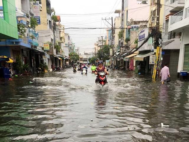 Đường nối Nguyễn Thức Đường cũng bị ngập. Ảnh: L.THOA