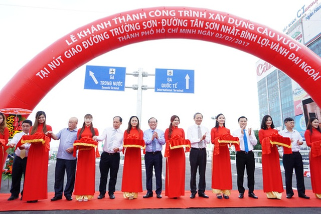 Phó Chủ tịch UBND TP HCM Lê Văn Khoa đến dự buổi lễ thông xe 2 cầu vượt sáng 3-7