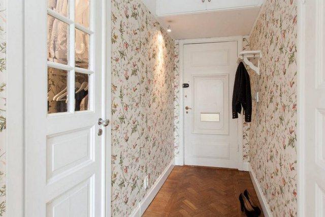Dù nhà nhỏ nhưng lối vào nhà vẫn được chú trọng độc đáo. Toàn bộ không gian lối vào được chọn lọc màu trắng làm màu sắc chủ đạo, giúp lối đi hẹp và nhỏ phát triển thành rộng thoáng hơn nhiều.