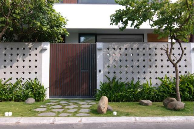 Ngay lối vào, ngôi nhà đã gây ấn tượng đặc biệt bởi hàng rào đục lỗ tròn độc lạ.