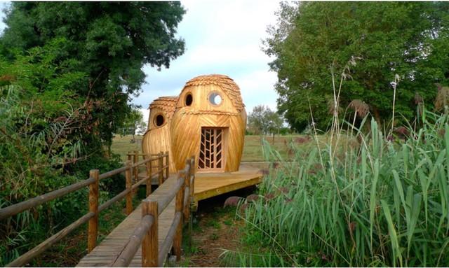 Nhà gồm 3 tầng ấm cúng được xây trên lối đi tách rời khỏi mặt đất.