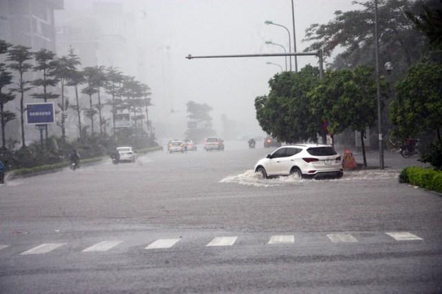 Từ sáng sớm nay, do ảnh hưởng của cơn bão số 2, Hà Nội liên tục có những mưa lớn.
