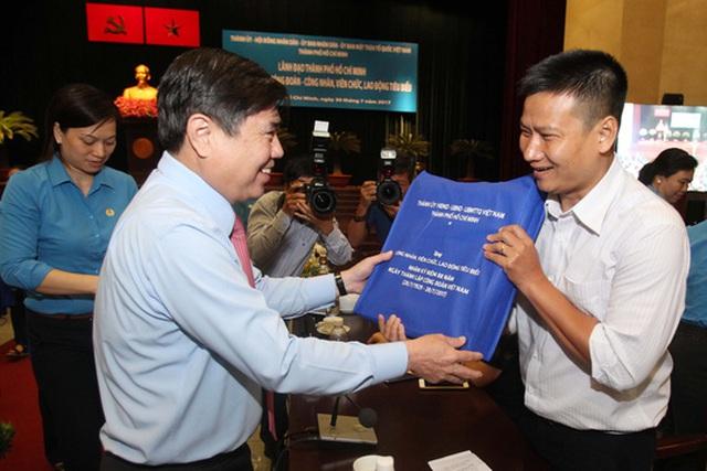 Ông Nguyễn Thành Phong, Phó Bí thư Thành ủy, Chủ tịch UBND TP, tặng quà cho cán bộ Công đoàn
