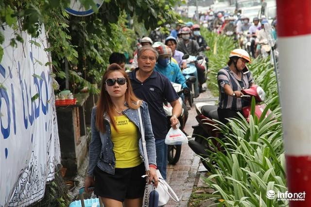 Kẹt xe hàng giờ liền, người dân phải xuống xe chạy bộ sân bay cho kịp giờ làm thủ tục