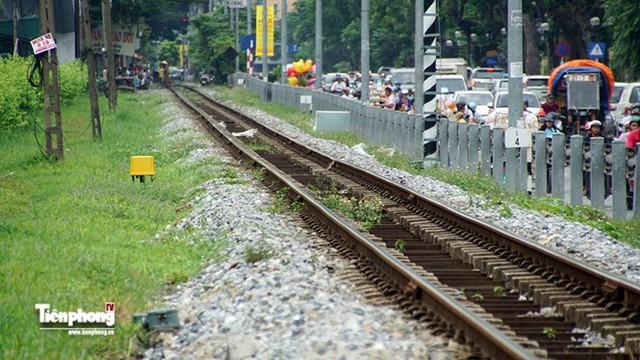 Đường sắt cạnh trục các con phố Lê Duẩn luôn luôn tấp nập phương tiện qua lại.