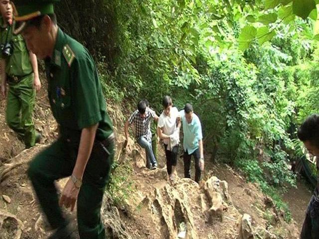 Lý Gia Kỳ vác ba lô tiền tản bộ theo đường mòn Cốc Nam để vào lãnh thổ Việt Nam