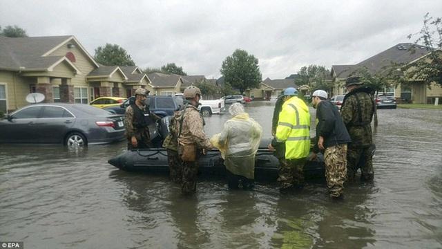 Các lực lượng cảnh sát và thủy quân nước Mỹ đang phối hợp để thư các hoạt động giải cứu và di tản tại Beaumont.