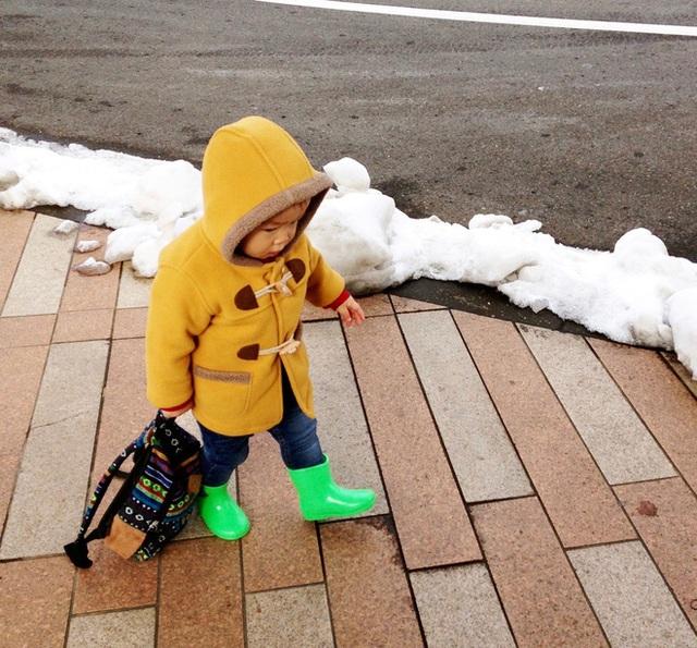 Tự mình đi bộ hàng ngày trên mọi con đường là bài học tự lập đầu tiên mà cha mẹ Nhật rèn luyện cho con mình ngay từ nhỏ. (Ảnh minh họa)