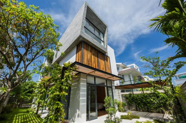 Ngôi nhà với vẻ ngoài hiện đại được kết hợp giữa đá ốp, lam gỗ tạo nên một không gian sống thanh bình, thoáng đãng.
