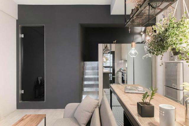 Trong căn hộ này góc nghỉ ngơi riêng tư của chủ nhà được thiết kế khéo léo trên một gác xép nhỏ bên trên nhường lại không gian bên dưới cho phòng khách, bếp và khu vệ sinh.
