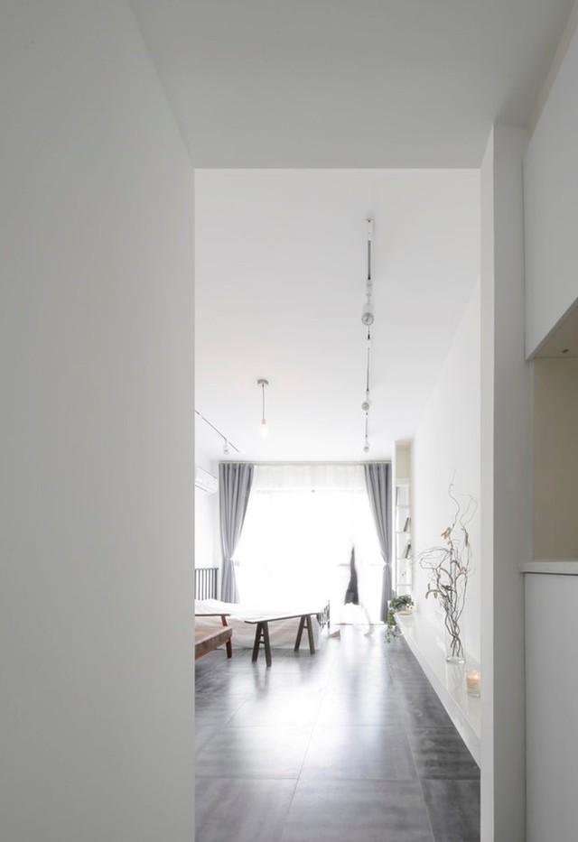 Phòng khách và khu vực nghỉ ngơi được kiến trúc trong cộng 1 không gian rộng mở. Không cần tường chia phòng, cũng không cần vách ngăn nhưng hai khu vực tính năng của ngôi nhà lại được phân định rạch ròi nhờ cách sắp xếp không gian thông minh của chủ nhà.