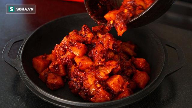Bữa tối với quá nhiều món cay nóng không chỉ gây ra những tác hại tức thời mà còn tiềm ẩn nhiều mối nguy hại dài lâu. (Ảnh minh họa: Nguồn Internet).