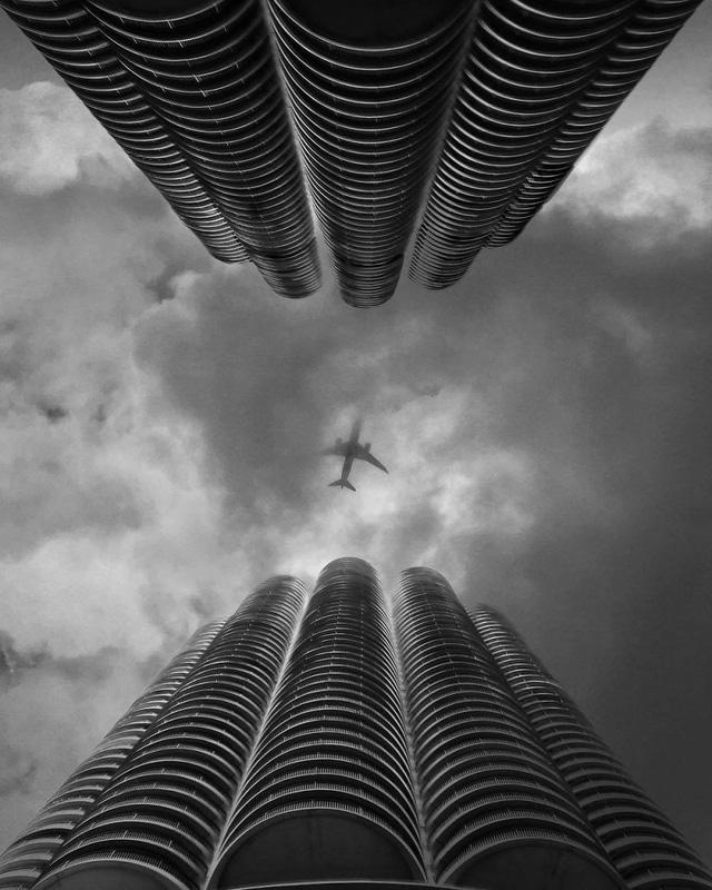 Khung cảnh thành phố rợn ngợp một nỗi buồn của những tòa cao ốc.
