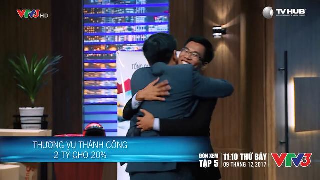 Shark Phú và Lê Thanh Hoài dành cho nhau một cái ôm sau khi hợp tác thành công