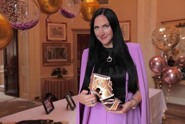 Chuyên gia làm bánh Debbie Wingham cùng đứa con cưng siêu đắt, siêu đẹp của mình.