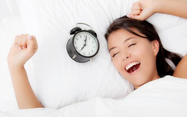 Tổng thời gian ngủ cộng vào đủ 7 tiếng mỗi ngày là con số hoàn hảo cho giấc ngủ của bạn. (Ảnh minh họa: Nguồn Internet).